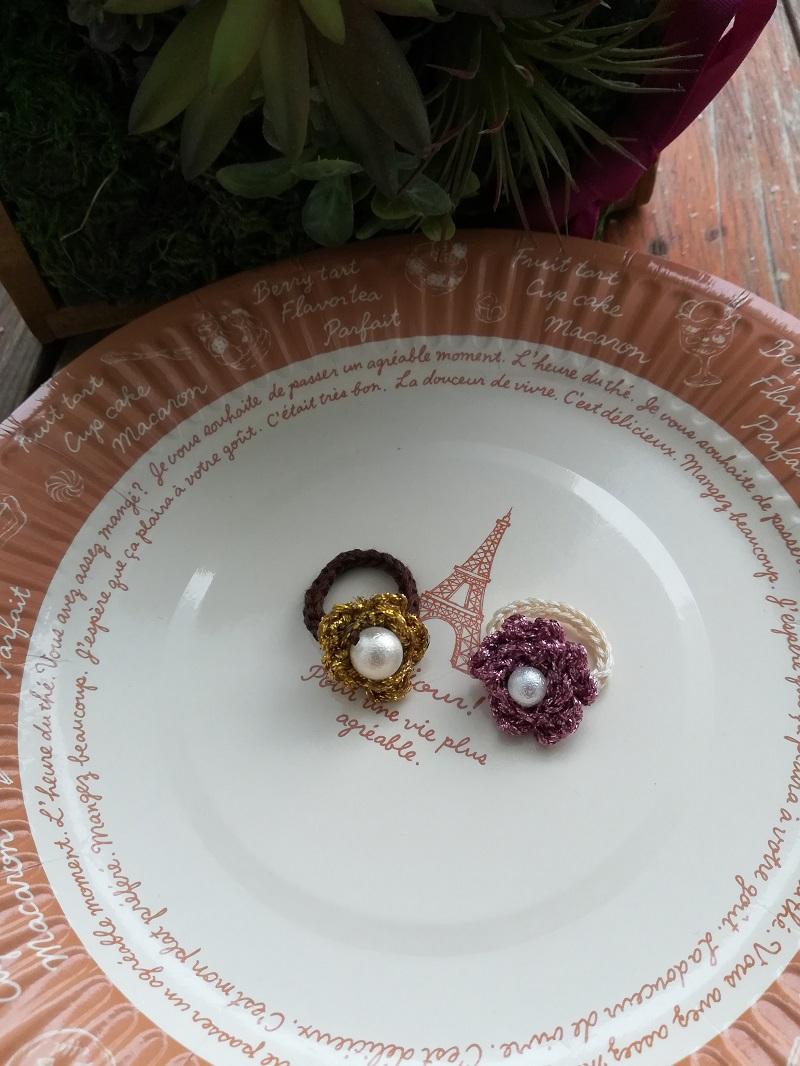 ダイソーの刺繍糸グリッターカラーで編んだ花の指輪