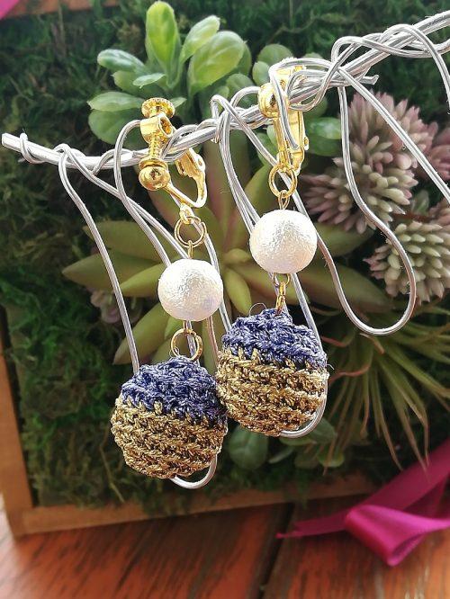 ダイソー刺繍糸「グリッターカラー」で編む刺繍糸ボールのイヤリング