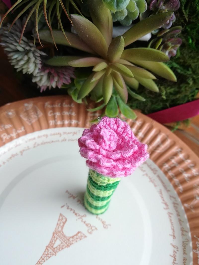 刺繍糸でかぎ針編み「花びらギザギザ巻きバラ」の作り方