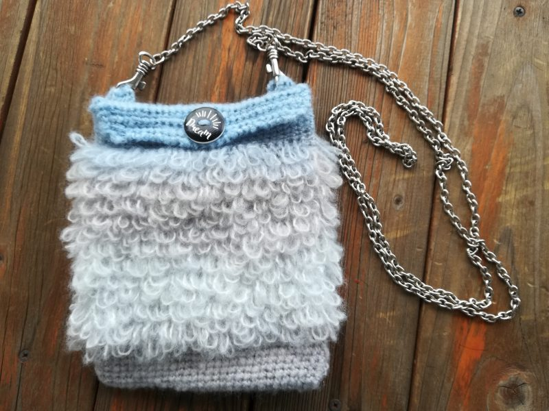 ダイソー「ミストヤーン」1玉で編む「ふわふわスマホポーチ」の編み方